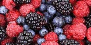 Image de fruits rouges, framboises, mûres, myrtilles